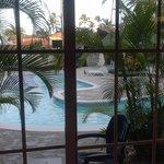 piscine devant les chambres.