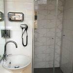 Die eigentlich sehr schöne Dusche (mit ärgerlich schwachem Wasserdruck)