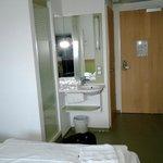 Blick auf Dusche/Waschbecken, dahinter links die Tür zum WC