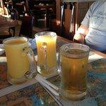verres de jus d'orange et de jus de pomme