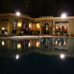 Вид на бассейн ночью