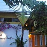 Exterior del Hotel en el centro de Cahuita.