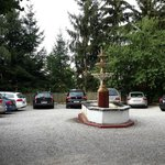 одна из двух парковок отеля