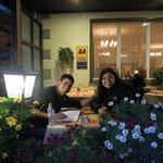 Lindas flores na frente do restaurante