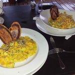 Os pratos: Camarão ao Curry e Fetuccine ao molho Thai (com frutos do mar)