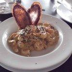 Camarão ao molho curry (embaixo disso tem arroz). O enfeite acho que é batata-doce