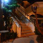 Escaleras de acceso a la recepción del hotel
