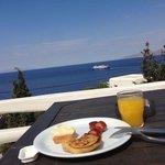 Café da manhã no terraço do hotel