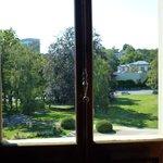 Jardins do museu através da janela
