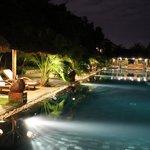La piscine principale avec son bar