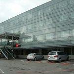 Fachada y parking hotel