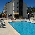 Vista del hotel y la piscina