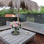 La terrasse, un endroit idéal pour bouquiner tranquille, qui dispose également de transats