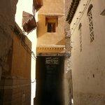 Callejón estrechito de la medina camino a Dar Faracha