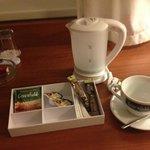 Очень удобно и практично - чай и чайник.