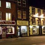 calle de enfrente de noche( a un paso de la calle de tiendas y restaurantes más concurrida de la