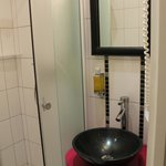 Зеркало в кожаной раме и черная раковина на подставке цвета фуксия, я влюбилась :)