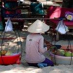 vendeuse de fruits frais sur la plage
