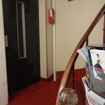Escadaria e elevador.