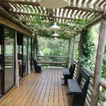 El deck y el jardín son impresionantes. Vale la pena pasar un rato allí.