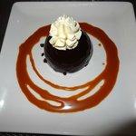 Dôme de fruits rouge avec enveloppe ultra fine de chocolat noir.