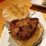 Mini hamburguesa de cordero con especias y cebolla caramelizada.