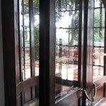 La puerta giratoria de madera es preciosa!