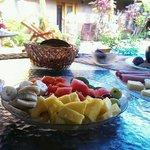 Das Frühstück in der Samara Palm Lodge kann sich wahrlich sehen lassen: Obst, Joghurt, Wurst und