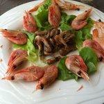 9 crevettes congelées (de piètre qualité et sans goût) , 2 fraîches ...