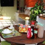 La terraza lista para recibir a los comensales en su desayuno!