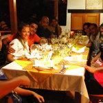 Algunos de nuestros huespedes disfrutando una cena!