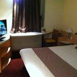 chambre 102 grand lit, grande tv