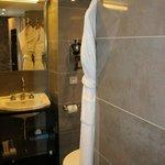 Un baño pequeño pero muy cómodo con una ducha espaciosa. Todo lo necesario para la higiene perso