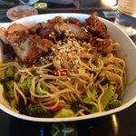 Wok nouilles Viêt avc petits légumes et poulet satay