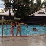 Mis niñas disfrutando de la piscina.