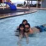 Disfrutando del área de la piscina de niños