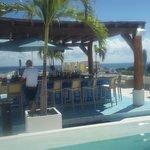 el bar de la piscina excelente a cualquier momento del dia y la noche