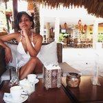 En la terraza tomando un café