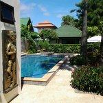Entrer vers les bungalows et la piscine