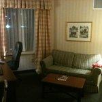 Vista da sala, que também tem uma mesa com cadeira office