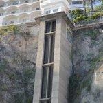 Лифт в скале на пляж