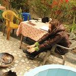 Ресторанчик во дворе, греюсь за завтраком