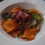 ensalada deliciosa del menú gastronómico del otoño (castañas, magrana, moniato, calabaza, jamón.