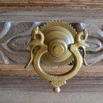 Un dettaglio della porta di ingresso