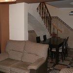 zona del salon acogedora con sofas muy comodos