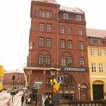 A la puerta, en Nyhavn 22, con los paraguas !