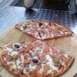 Comiendo una pizza con mis compañeras de universidad