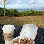 Kaffee und Zimtrolle am Strand