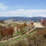 モニュメントの広場と上越の山々