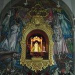 Schwarze Madonna mit Wandgemälde